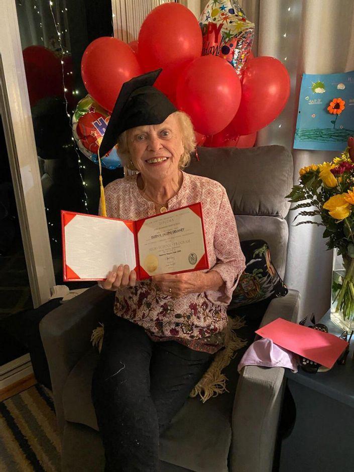 93-летняя женщина получила аттестат о среднем образовании через 75лет