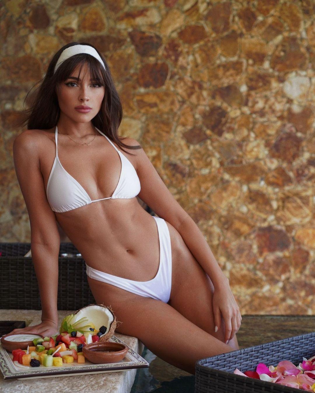 28-летняя Оливия Калпо щеголяет подтянутым прессом в белом бикини