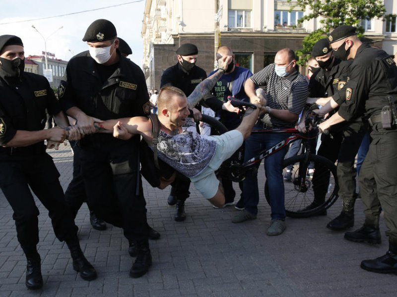 7 ноября на акциях протеста в Беларуси задержали 100 человек – правозащитники