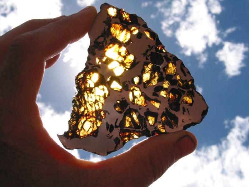 Житель Индонезии стал миллионером поймав метеорит