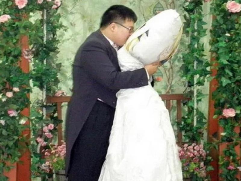 Мужчина женился на подушке