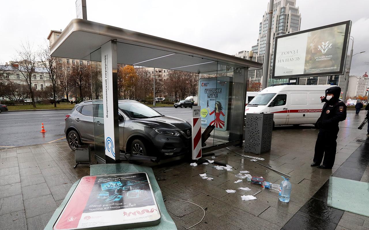В центре Москвы автомобиль въехал в остановку