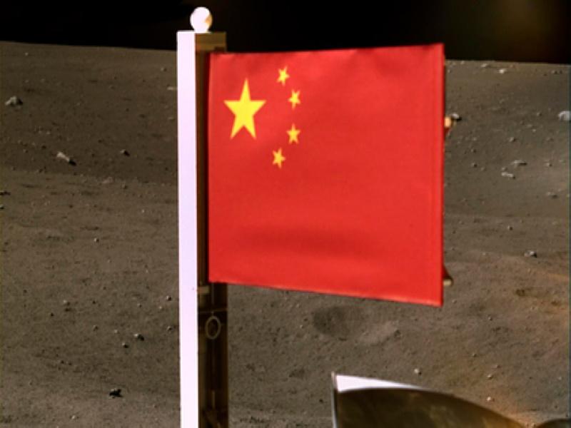 Национальный флаг Китая развернули на луне