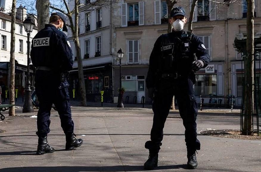 Жителей Франции призвали уйти на самоизоляцию в преддверии Рождества