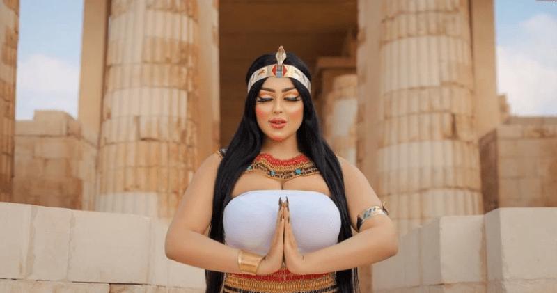 Египетская модель арестована за фотосессию у древней пирамиды