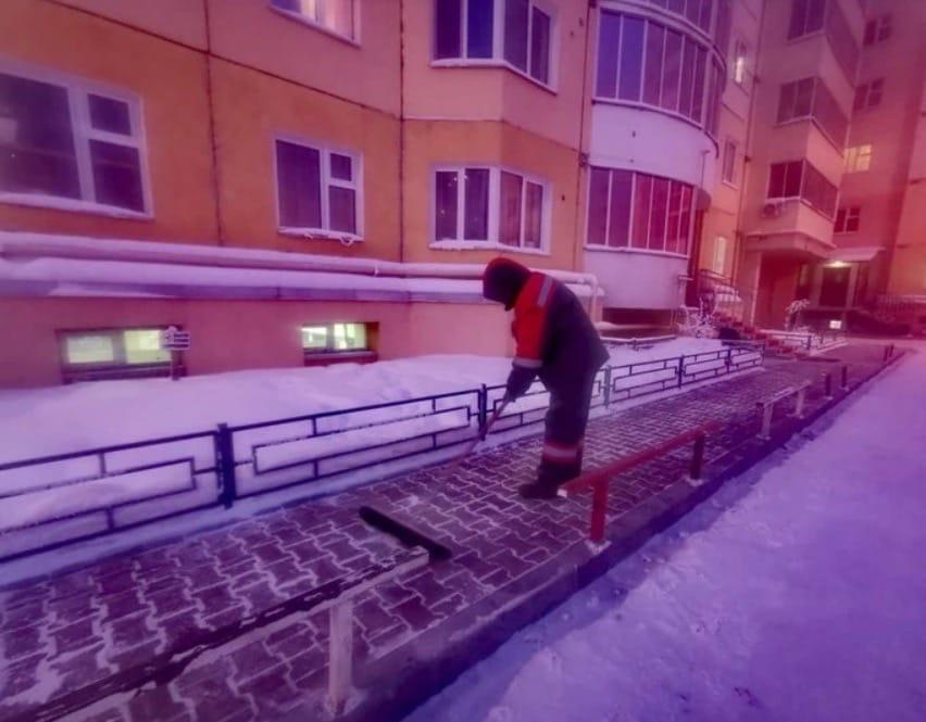 В Якутии жители дома подарили дворнику в знак благодарности телевизор