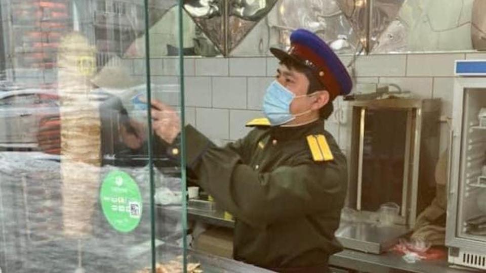 В Москве «сотрудники НКВД» продают шаурму «от Сталина»