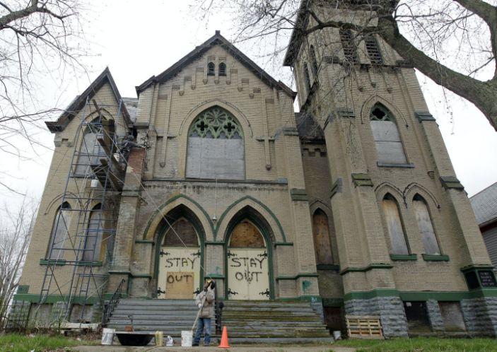 Новое решение для пустых церквей Америки: смена веры