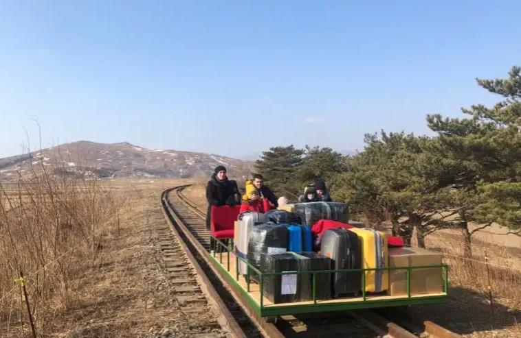 Российские дипломаты пересекли границу Северной Кореи на ручной тележке