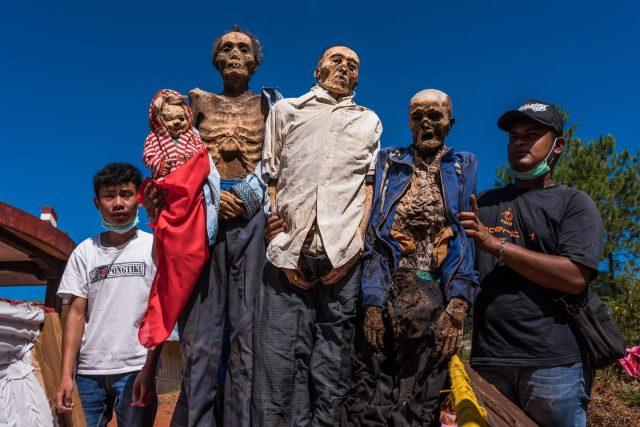 Деревня где делают селфи с мумиями