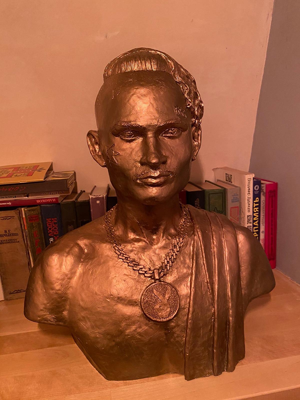 В Петербурге украли памятник рэперу Моргенштерну
