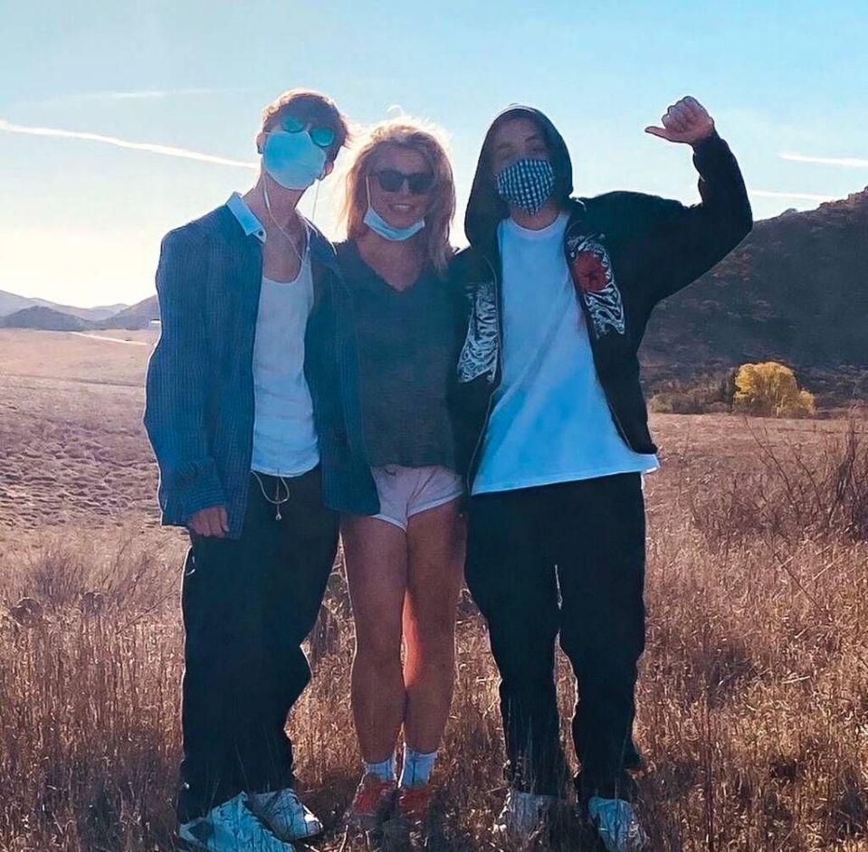 Бритни Спирс поделилась редкой фотографией с сыновьями
