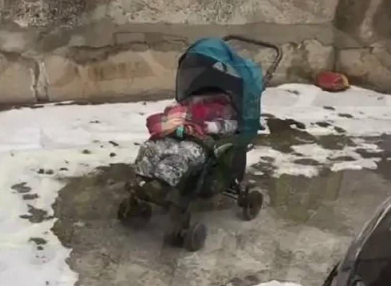Россиянка забралась домой через окно, забыв коляску с младенцем на улице