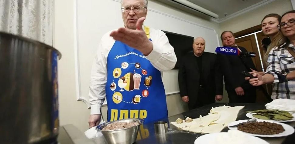 Жириновский предложил обязать чиновников пробовать школьную еду