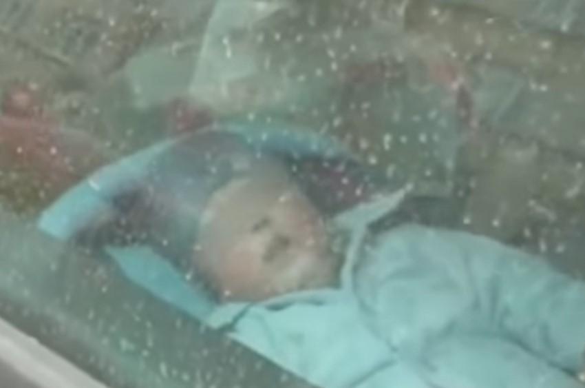 Родители в мороз оставили 2-летнего ребенка одного в автомобиле