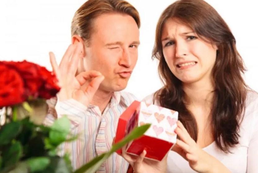 Психолог перечислила худшие подарки женщинам на 8 Марта