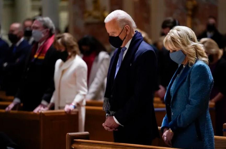 Католические епископы США могут потребовать от Байдена прекратить причастие