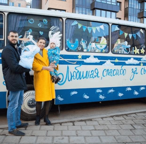 Россиянин встретил жену из роддома на самодельном автобусе