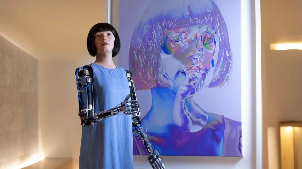 Человекоподобный робот создает жуткие автопортреты