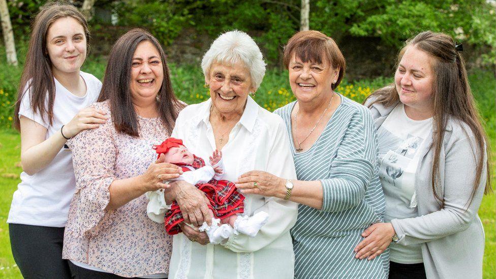 В Эдинбурге пенсионерка стала прапрапрабабушкой