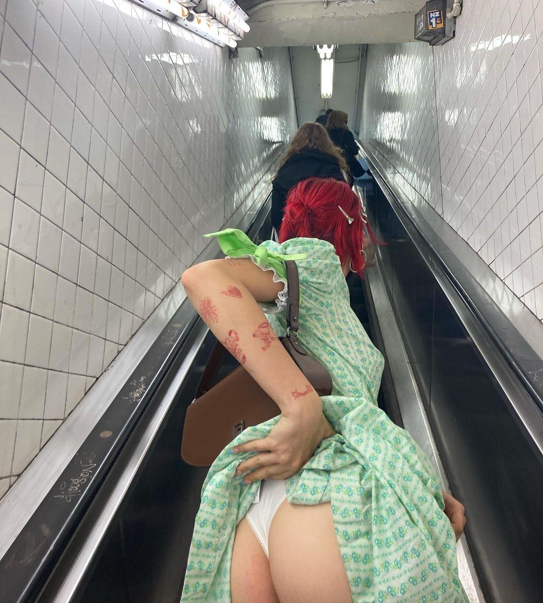 Дочь Урганта показала зад своим подписчикам в метро