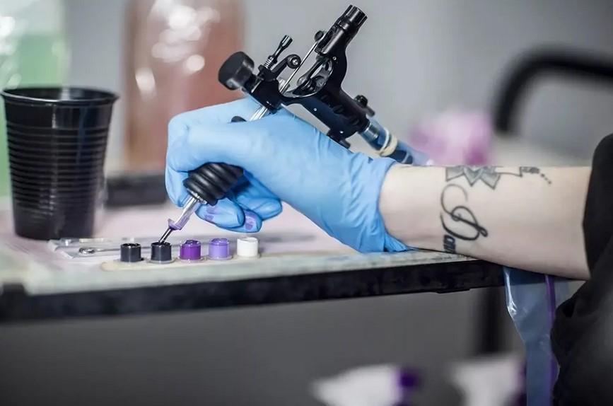 Австрийского военного осудили за тату со свастикой мошонке