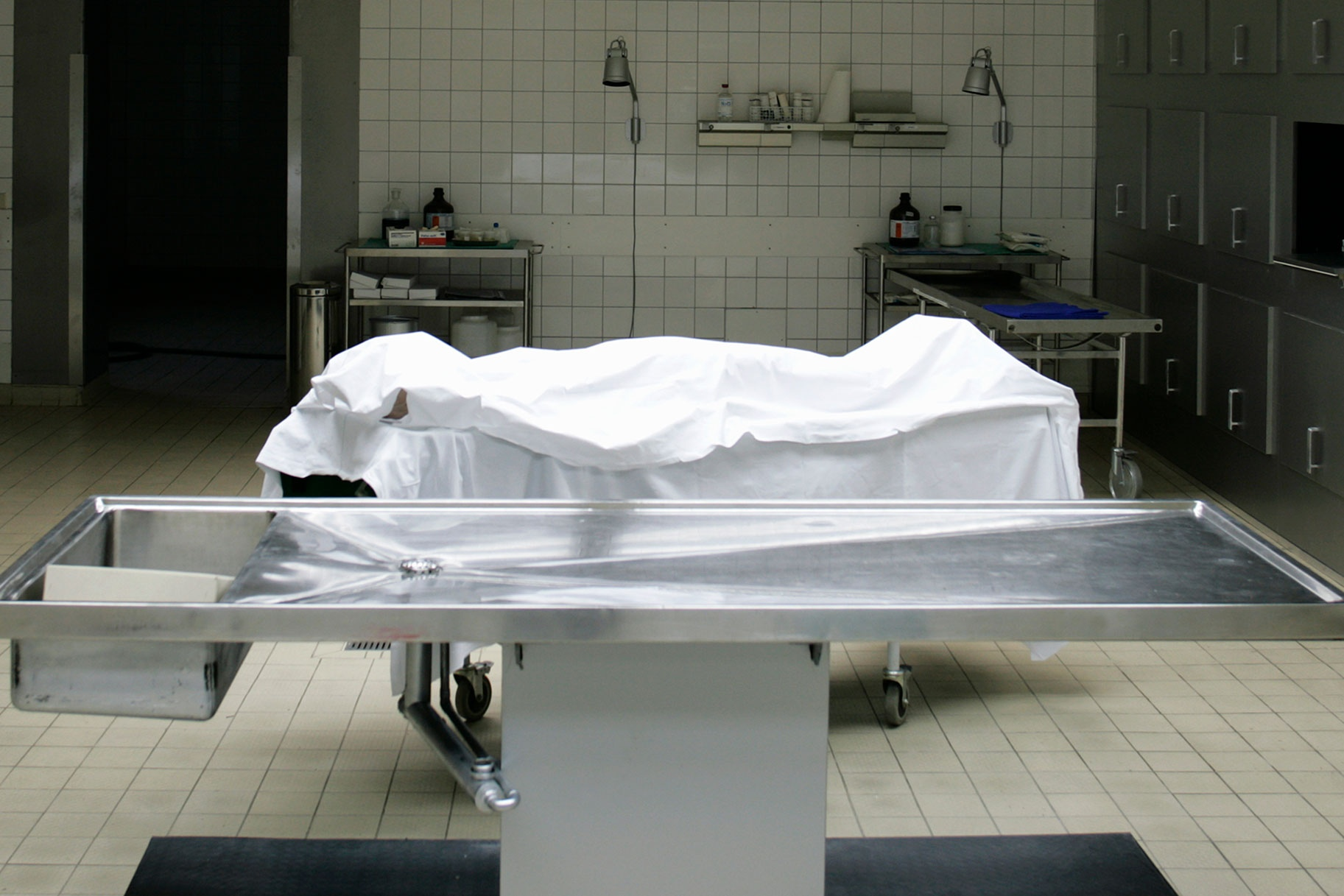 Мужчину застукали за лизанием женского тела в морге