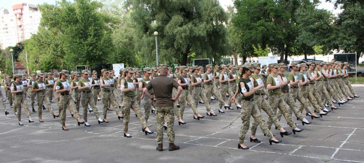 Украинцы раскритиковали идею марша курсанток на каблуках
