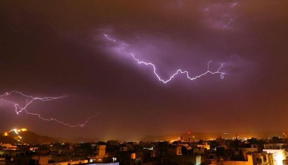 В Индии от удара молнии погибли 11 человек, делавших селфи