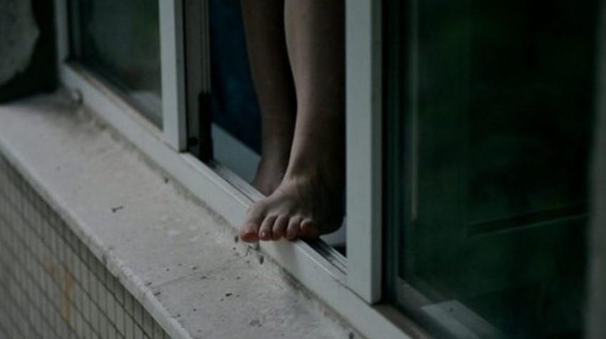 Девочка выпрыгнула в окно, чтобы помирить родителей
