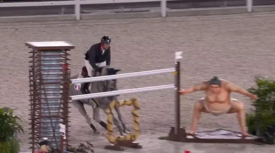 Лошади пугаются гигантской статуи сумо на Олимпийских играх