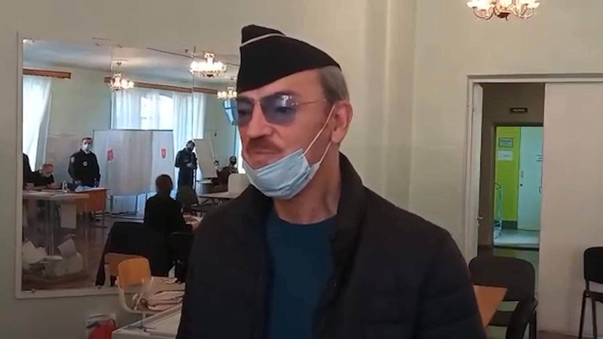 Михаил Боярский сменил шляпу на пилотку